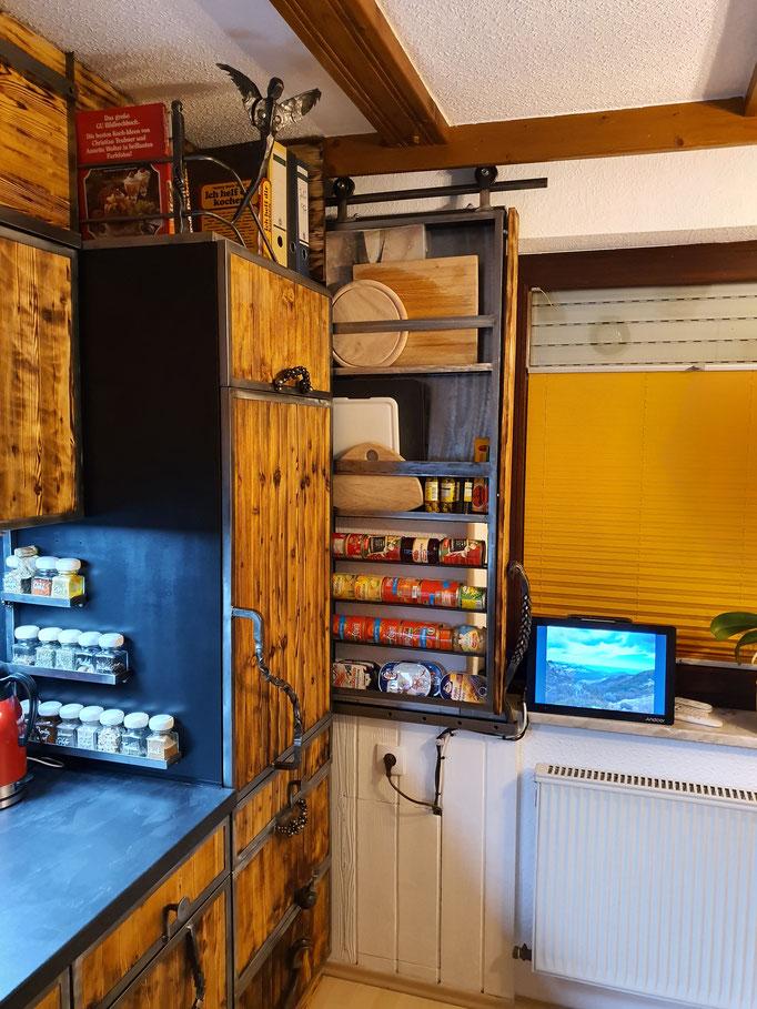 Apothekerschrank hinter dem Kühlschrank