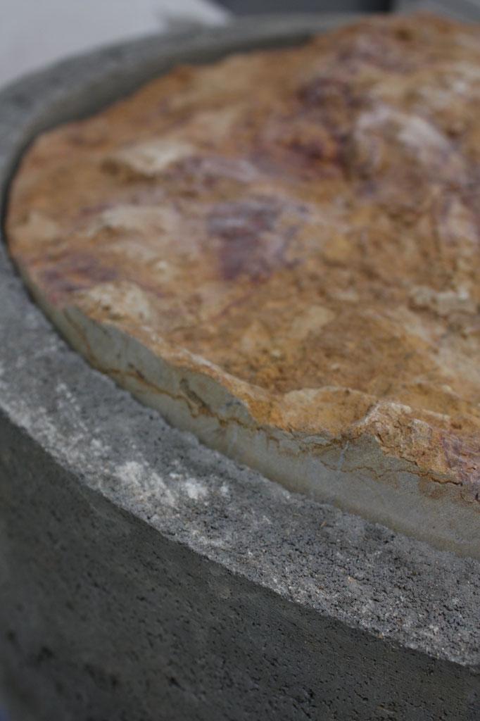 Mort-terrain (détail), pierre de Corton, métal et acier, 70x70x160cm, 2019. Produit dans le cadre de la résidence Excellence des Métiers d'Art soutenue par la DRAC Bourgogne-Franche-Compté et accompagnée par Les Ateliers Vortex.