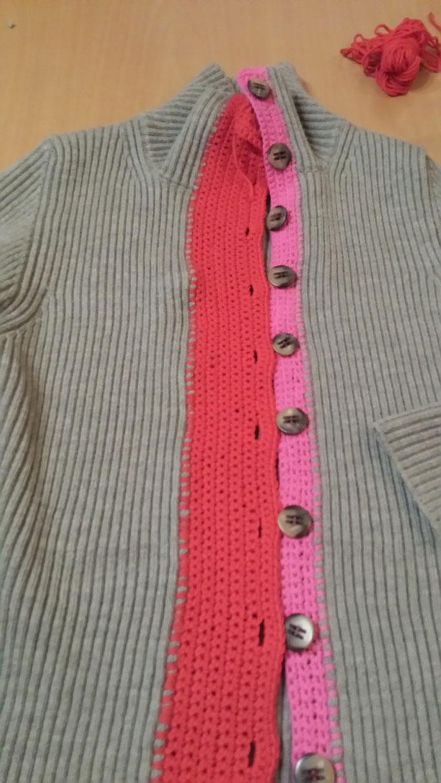 Auf Wunsch wird die Knopfleiste ganz rot und breit, designed and made by Beate Gernhardt