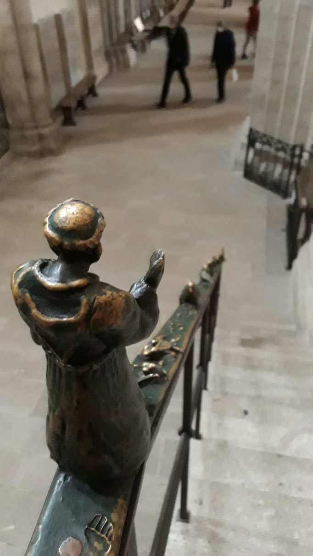 Franziskus predigt den Tieren. Geländer im Dom.