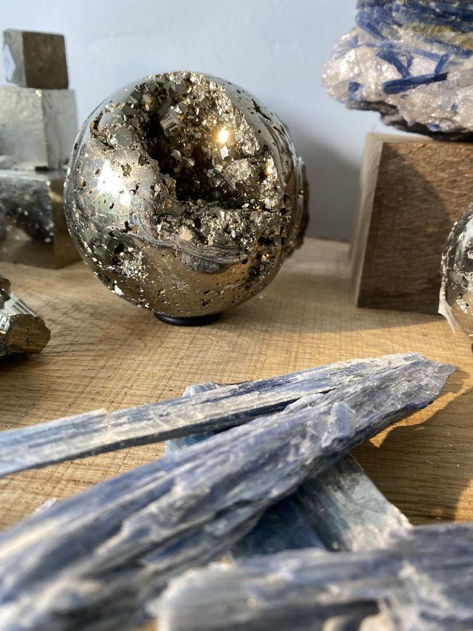 Pyrite et cyanite - Nimalaé - Lithothérapie et boutique de pierres et cristaux