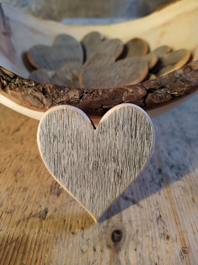 Herzchen aus verwittertem Zirbenholz