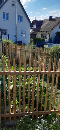 Staketenzaun aus Kastanienholz. Hier erkennt man auch gut wie schön sich Staketenzäune in die Landschaft einfügen. Wir liefern den Zaun mit oder ohne Montage.
