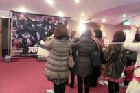 梅田芸術劇場内のパネル前。そのパネルが左の画像