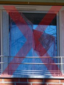 Die Klebefolie auf dem Fenster löst sich. Eine weiterer Schutz vor Verschmutzung ist nicht mehr gewährleistet.