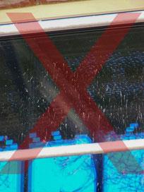 Ein Fenster ohne Schutz, wird während der Bauphase stark verschmutzt.