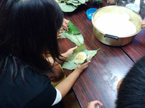 福井の伝統食(主に嶺北地方)「朴葉飯」あったかごはんにきな粉をまぶして朴の葉っぱで包みます。 これに残っていたテナガエビの素揚げ、昨晩の丸鶏に詰め切れなかったピラフなどをおかずに。 2日間のプログラムはこれにて終了。みなさまタイトなプログラムをクリアしていただき、大変お疲れ様でした。
