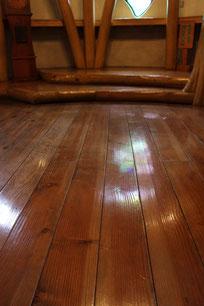 塗装の厚塗りでテカッている床