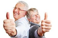 Senioren-Paar mit Daumen hoch