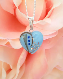 Muttermilchherz blau eingefärbt mit Haarsträhnen, Glitzersteinchen und Silbersplittern