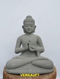 Buddha,  Höhe 66cm, Breite 405m, Tiefe 35cm. Poröser Lavastein. 625.-