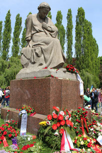 Blumen für Mutter Heimat. Sowjet. Ehrenmal am 9.Mai