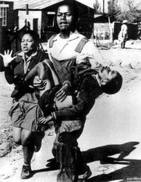 1976 - Antoinette Sithole con il fratello 13-enne ucciso durante la protesta degli studenti di Soweto