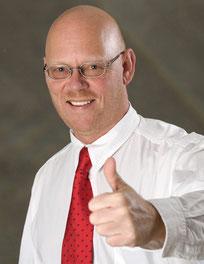 Inhaber und Werbecoach Jürgen Schmitt hält Daumen hoch.