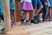Kinderbeine auf Klettergerüst