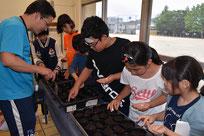 種を植える南部小学校の児童たち