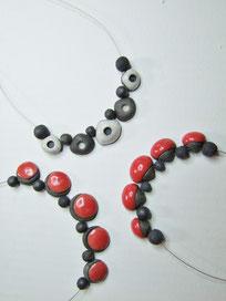 ensemble de colliers en  ceramique raku rouge et blanc simple et chic fait par l atelier simplement terre