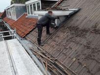 Dakdekker vervangt oude dakpannen bij dakrenovatie