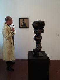 Provokatives Outfit zur provokativen Kunst in der Galerie Holger John
