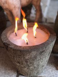 Der sehr massive und sehr schwere Topf ist aus Fadarstein handgearbeitet. Fadarstein ist eine Art Lavastein und damit ein sehr robuster Naturstein. Er sieht edel modern und zeitlos aus. Der Topf eignet sich gut als Pflanzenkübel sowie als Dekoschale. Man