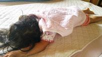 3歳になる娘。やっぱり何も掛けて寝ていないけど、パシーマが守ってくれるから、私は隣でグッスリ寝ています。