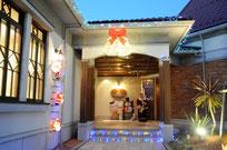 玄関もクリスマスイルミネーションでキラキラ♪