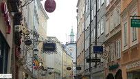 Salzburg Getreidegasse mit alten Zunftzeichen