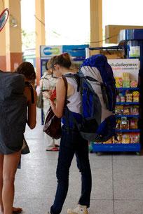 Junge Frauen am Bahnhof Thailand