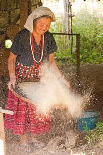Frau im White Karen Village