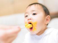 幼児食を食べる子供の画像