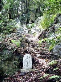 ヒャッカギの途中を入っていく 天狗の修行の地と言われる 石尊