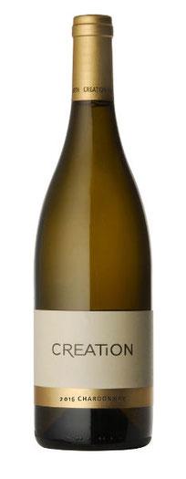 Chardonnay 2016  Dieser gehaltvolle Chardonnay präsentiert sich im Glas strohgelb, mit brillanten grünen Reflexen. In der Nase dominieren reife Aromen von sonnenverwöhnten Birnen und Pfirsichen, mit einer frischen Mineralität und einem dezenten Hauch von