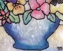 下の台紙を重ねてみると、こんな感じのキラキラガラスになります。花瓶の中すべてを塗りつぶさないという事もポイントですね。