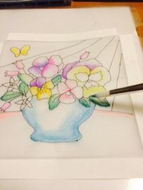 水気をよくふき取った筆でなじませる。ここでも全体を塗りつぶさない。こすりすぎずにサッとなじませる感じ。色が変わる時は筆を洗って良く拭いてから描いて下さい