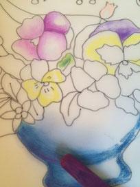 花瓶の下の部分は影になりますので、ちょっと濃くなる色(ここではパープル)を足していくとさらに立体感が生まれます。