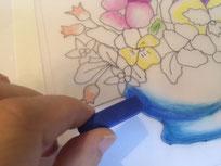 しっかり乾いてから同じようなパステルの動かし方で色を重ねます。直で色をのせたら指等でふんわりぼかしていきましょう。