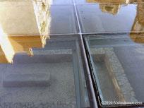 Techo de cristal trasparente del Centro Arqueológico de l'Almoina.