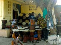 ギニアのジェンベ工房の様子。
