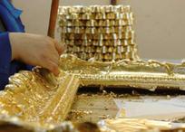 24金箔を貼り付ける行程も手作業。