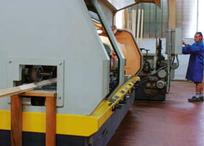 大型機械による精密な木製フレーム加工。