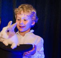 Stephen Lucy anime une fête d'anniversaire pour un enfant aussi ravi que ses petits invités.