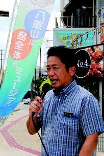 街頭演説で国立自然史博物館の誘致を訴える中山市長=15日午後、730交差点