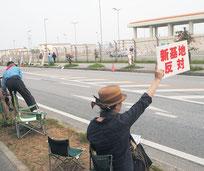 名護市の米軍キャンプシュワブ前では反基地派の座り込みと抗議行動が続いている(4月24日)