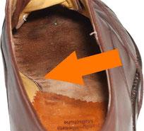 Beim rahmengenähten Schuh sind auf der Brandsohle keine Nähte sichtbar. Beim handrahmengenähten Schuh sind wie hier leichte Dellen sichtbar.