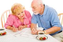 Senioren-Paar am Tisch