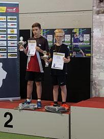 Bjarne (rechts) und Bastian mit Pokal und verdienter Silbermedaille.