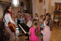 Die Kinder halfen dabei, den Gottesdienst musikalisch zu untermalen.