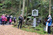 Malerisches Ambiente: Station der heiligen Anna Schäffer im alten Steinbruch, dem Wohnzimmer der Aster.