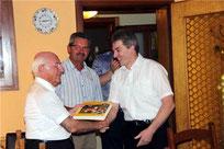 Pfarrer Raimund Arnold erhielt von Peter Leopold das erste druckfrische Exemplar.