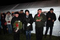 Bei der Eröffnung überreichte Christina Wutz einen Türkranz und ein Adventsgesteck an die beiden Pfarrer.